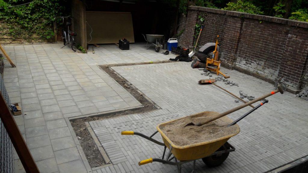 Het aanbrengen van straatwerk achter appartementen Maliebaan in Utrecht