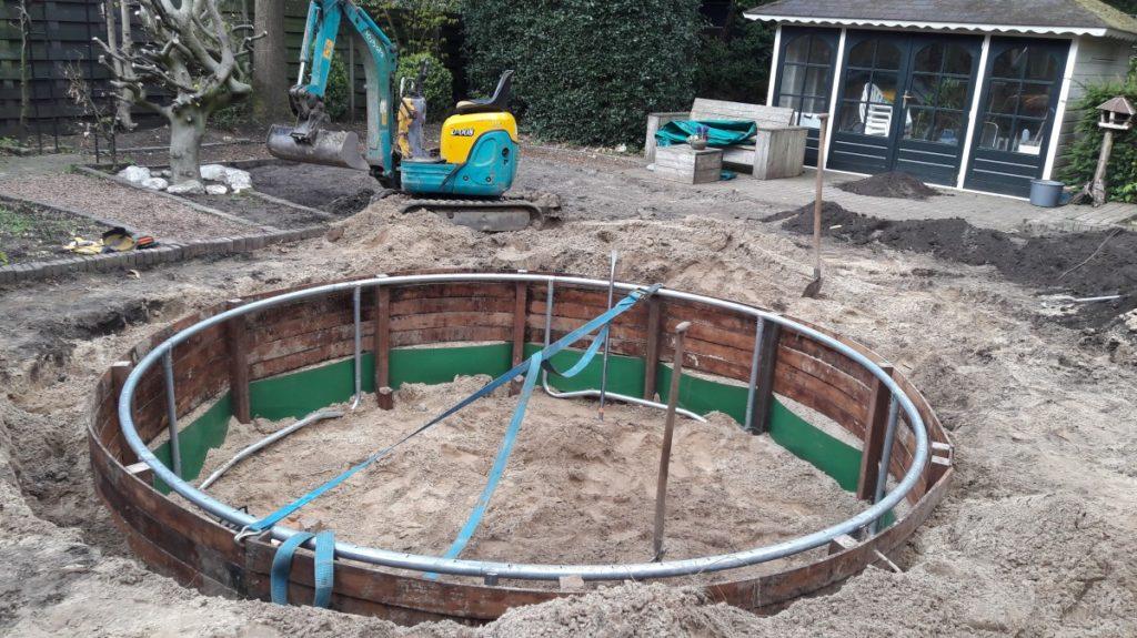 Het plaatsen van trampoline met hard houten rand