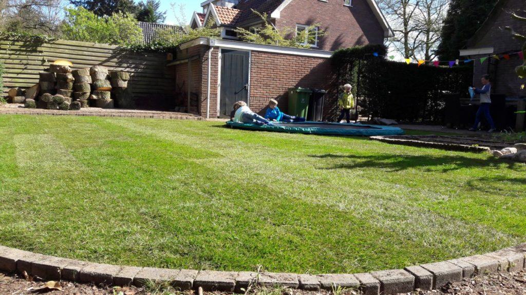 Graszoden leggen bij de nieuwe trampoline. Spelen maar !