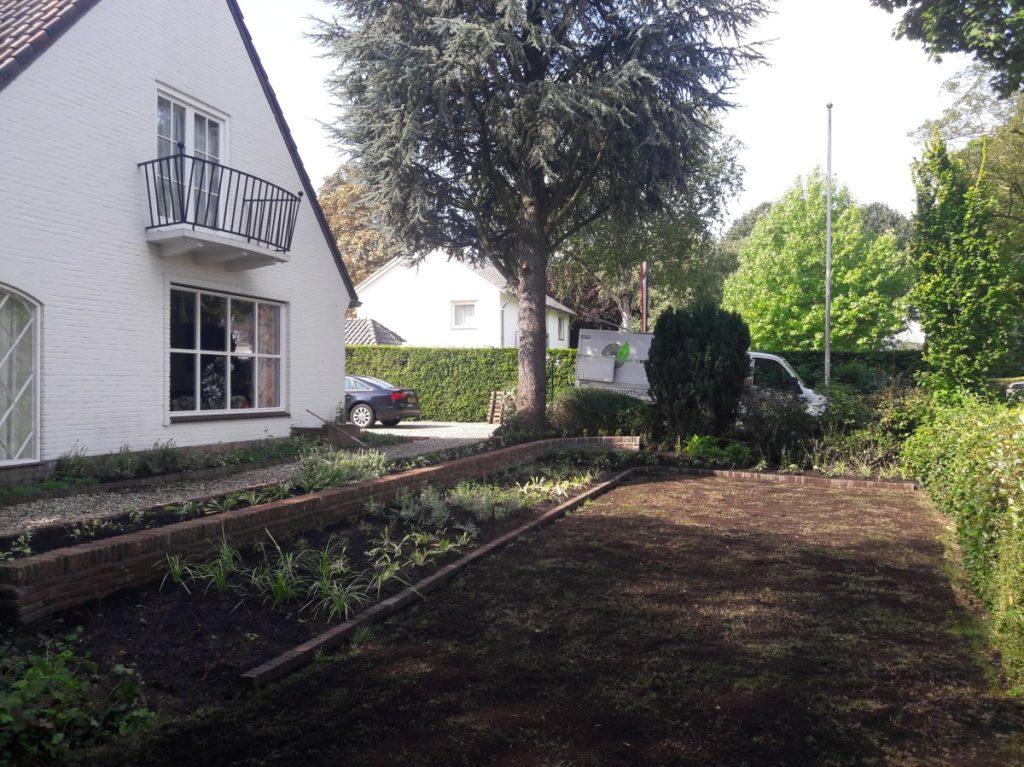 Border met fraai metselwerk en mooie beplanting
