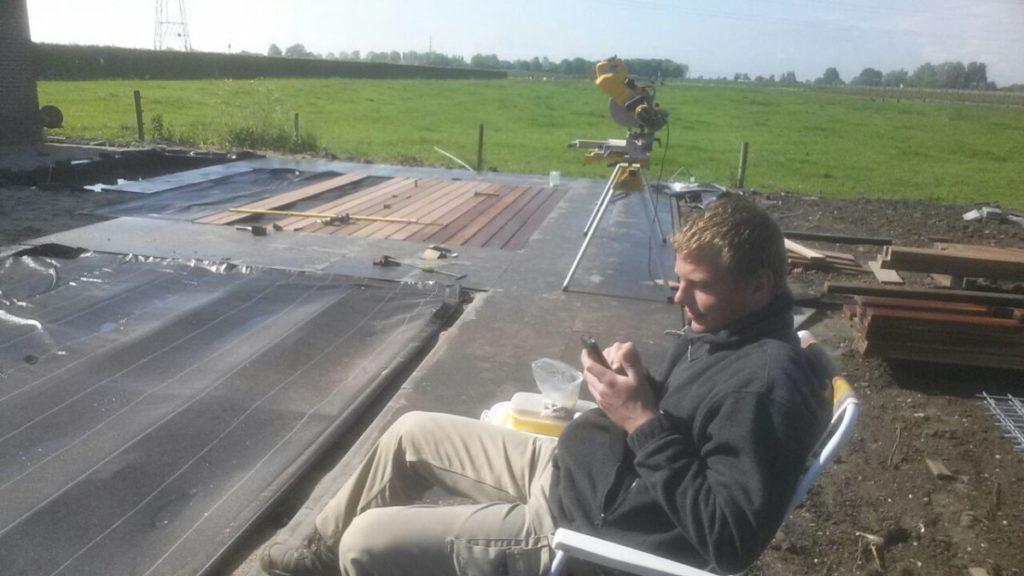 Het aanleggen van terras met vlonder en natuursteentegels